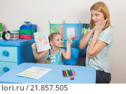 Купить «Пятилетняя девочка нарисовала маму и показывает ей, мама удивлена и счастлива», фото № 21857505, снято 20 января 2016 г. (c) Иванов Алексей / Фотобанк Лори