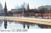 Купить «Вид на Московский Кремль и Москву-реку днем», видеоролик № 21858089, снято 18 февраля 2016 г. (c) Володина Ольга / Фотобанк Лори