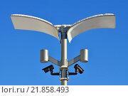 Купить «Камеры видеонаблюдения и современные светильники на фонарном столбе», фото № 21858493, снято 10 января 2016 г. (c) Сергей Трофименко / Фотобанк Лори