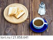 На деревянном фоне чашка кофе, жареные тосты и сахарница. Стоковое фото, фотограф Максим Алакин / Фотобанк Лори