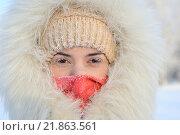 Девушка в шубке морозным днем. Стоковое фото, фотограф Станислав Симонов / Фотобанк Лори