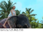 Купить «Женщина катается на слоне», фото № 21863733, снято 14 декабря 2018 г. (c) Некрасов Андрей / Фотобанк Лори