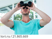 Купить «Hipster man looking through binoculars», фото № 21865669, снято 8 октября 2015 г. (c) Wavebreak Media / Фотобанк Лори