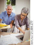 Senior woman paying bills online on laptop. Стоковое фото, агентство Wavebreak Media / Фотобанк Лори