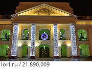 Украшенное огнями здание Гостиного двора и светящиеся фонари ночью в Санкт-Петербурге (2015 год). Редакционное фото, фотограф Максим Мицун / Фотобанк Лори