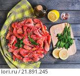 Блюдо с вареными креветками на столе. Стоковое фото, фотограф Sergey Fatin / Фотобанк Лори