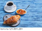 Круассан, чашка кофе и абрикосовый джем. Стоковое фото, фотограф Sergey Fatin / Фотобанк Лори
