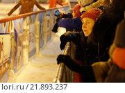 Пожилая женщина с интересом смотрит на каток, Москва (2016 год). Редакционное фото, фотограф Иван Прокопович / Фотобанк Лори