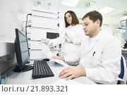 Купить «Researchers analyzing liquid chromatography data», фото № 21893321, снято 17 сентября 2015 г. (c) Дмитрий Калиновский / Фотобанк Лори