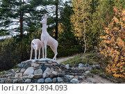 Скульптура двух оленей на камнях. Стоковое фото, фотограф Владимир Иванов / Фотобанк Лори