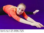 Спортивная девушка на тёмно-синем фоне. Стоковое фото, фотограф Riasna Yuliia / Фотобанк Лори