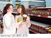 Купить «Ordinary women purchasing pickled vegetables», фото № 21897373, снято 10 июля 2020 г. (c) Яков Филимонов / Фотобанк Лори