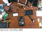 Купить «Ремонт мобильных телефонов, детали на столе», фото № 21912365, снято 18 февраля 2016 г. (c) Йомка / Фотобанк Лори