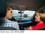 Купить «Жена разговаривает с мужем   в машине во время движения, вид со спины», фото № 21915089, снято 25 июня 2015 г. (c) Алексей Маринченко / Фотобанк Лори