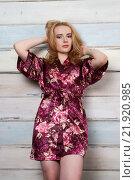 Купить «Красивая молодая блондинка в коротком цветном халате», фото № 21920985, снято 30 декабря 2015 г. (c) Момотюк Сергей / Фотобанк Лори