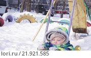 Купить «Ребенок на качелях зимой», видеоролик № 21921585, снято 16 февраля 2016 г. (c) Потийко Сергей / Фотобанк Лори