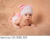 Младенец лежит на животе в костюме зайчика. Стоковое фото, фотограф Елена Ганненко / Фотобанк Лори