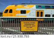 Neustadt (Dosse), Germany, Warning Sign -Vorsicht, fast Vorbeifahrten- on the platform (2015 год). Редакционное фото, агентство Caro Photoagency / Фотобанк Лори