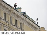 Купить «Рабочие -высотники сбрасывают снег с крыши здания на Невском Проспекте в Санкт-Петербурге 2016-02-25», фото № 21932825, снято 25 февраля 2016 г. (c) Максим Мицун / Фотобанк Лори