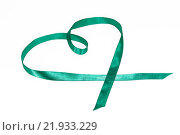 Купить «Атласная зеленая ленточка в виде сердца на белом фоне», фото № 21933229, снято 25 февраля 2016 г. (c) Наталья Осипова / Фотобанк Лори