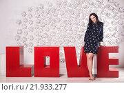 Девушка стоит у больших красных букв love. Стоковое фото, фотограф Дмитрий Витушкин / Фотобанк Лори