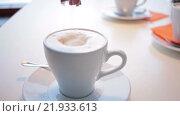 Женщина добавляет сахар в кофе. Стоковое видео, видеограф Алексндр Сидоренко / Фотобанк Лори
