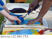 Нанесение цветного принта или рисунка на сумку своими руками. Стоковое фото, фотограф Горбачев Матвей Владимирович / Фотобанк Лори