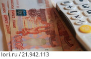 Много купюр номиналом пять тысяч рублей в руках и калькулятор. Стоковое видео, видеограф Яна Королёва / Фотобанк Лори