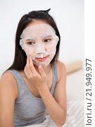Купить «Young woman use of the facial mask in bed», фото № 21949977, снято 21 августа 2018 г. (c) PantherMedia / Фотобанк Лори