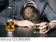 Купить «alcohol addiction - drunk businessman holding a glass of whiskey», фото № 21950693, снято 24 марта 2019 г. (c) PantherMedia / Фотобанк Лори