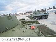"""Российское 120-мм дивизионно-полковое авиадесантное самоходное артиллерийское орудие 2С9 «Нона-С» в парке """"Патриот"""", вид на моторное отделение (2015 год). Редакционное фото, фотограф Малышев Андрей / Фотобанк Лори"""