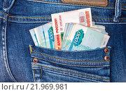 Купить «Банкноты российских рублей торчат из заднего кармана джинсов», фото № 21969981, снято 19 декабря 2018 г. (c) FotograFF / Фотобанк Лори