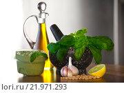 Купить «Соус песто и ингредиенты для приготовления», фото № 21971293, снято 28 января 2016 г. (c) Татьяна Белова / Фотобанк Лори