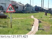 Деревянный тротуар в сельской местности и дорожный предупреждающий знак (2014 год). Стоковое фото, фотограф Daniil Nasonov / Фотобанк Лори