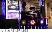 Купить «Женщина играет на барабанах», видеоролик № 21971933, снято 14 декабря 2015 г. (c) Валентин Беспалов / Фотобанк Лори
