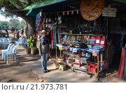 Кхмерка торгует в сувенирной лавке в Камбодже (2012 год). Редакционное фото, фотограф Токсаров Владимир Андреевич / Фотобанк Лори