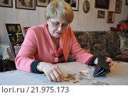 Пожилая женщина за столом с  кошельком в руках считает деньги. Стоковое фото, фотограф Ирина Быстрова / Фотобанк Лори