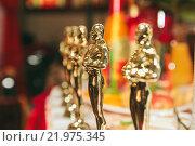 Статуэтка Оскар на столе крупным планом (2015 год). Редакционное фото, фотограф Александр Михалёв / Фотобанк Лори