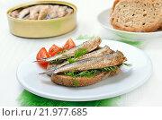 Купить «Бутерброд со шпротами на белой тарелке», фото № 21977685, снято 19 февраля 2016 г. (c) Надежда Нестерова / Фотобанк Лори