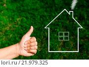 Купить «Женская рука показывает большой палец вверх на фоне зеленой травы и символа дома с трубой и дымом», фото № 21979325, снято 17 августа 2015 г. (c) Захар Гончаров / Фотобанк Лори