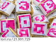 Фон из квадратный цветных шоколадок с буквами. Стоковое фото, фотограф Роман Червов / Фотобанк Лори