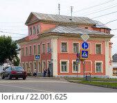Купить «Старый двухэтажный дом с мансардой. Углич», эксклюзивное фото № 22001625, снято 20 июля 2015 г. (c) Александр Щепин / Фотобанк Лори