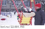 Купить «Ребенок на качелях в зимний период», видеоролик № 22001793, снято 16 февраля 2016 г. (c) Потийко Сергей / Фотобанк Лори