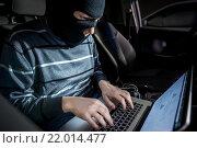 Хакер с ноутбуком внутри автомобиля. Стоковое фото, фотограф Mark Agnor / Фотобанк Лори