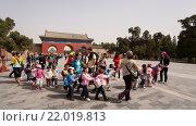 Детский сад на прогулке по  территории храма Неба в Пекине. Китай. (2011 год). Редакционное фото, фотограф Владимир Чинин / Фотобанк Лори