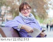 Купить «Пожилая женщина на скамейке», фото № 22052513, снято 24 ноября 2014 г. (c) Дарья Филимонова / Фотобанк Лори