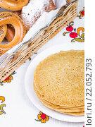 Купить «Блины с баранками», фото № 22052793, снято 24 декабря 2015 г. (c) Алёшина Оксана / Фотобанк Лори