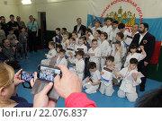 Купить «Борьба дзюдо, родители фотографируют группу детей», эксклюзивное фото № 22076837, снято 6 марта 2016 г. (c) Дмитрий Неумоин / Фотобанк Лори