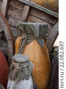 Купить «Белый и коричневый глиняные кувшины на фоне деревянной телеги», фото № 22082697, снято 27 апреля 2009 г. (c) Евгений Дробитько / Фотобанк Лори