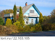Купить «Дачный дом с балконом и террасой», эксклюзивное фото № 22103105, снято 17 октября 2015 г. (c) Александр Щепин / Фотобанк Лори
